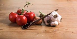 Tomaten-Zwiebel-Knoblauch mit Löffel Stockfotografie