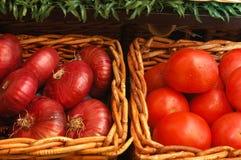 Tomaten, Zwiebeln in einem Korb. Lizenzfreie Stockbilder