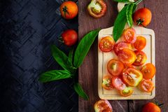 Tomatenachtergrond in de helft op een houten achtergrond wordt gesneden die royalty-vrije stock foto's