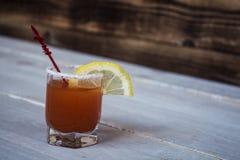 Tomatenalkohol-Schussgetränk mit Zitrone und Salz Lizenzfreie Stockfotografie