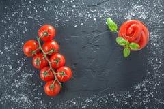 Tomatenbasilikumketschup auf schwarzem Stein mit Salz Lizenzfreies Stockbild