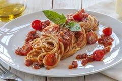 Tomatendeegwaren met basilicum Stock Fotografie