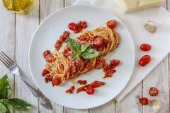 Tomatendeegwaren met basilicum royalty-vrije stock fotografie