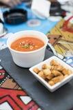 Tomatengaspacho met geroosterde croutons Royalty-vrije Stock Afbeeldingen