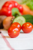 Tomatenkirschgemüse auf einer weißen Tischdecke lizenzfreie stockfotografie