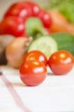 Tomatenkirschgemüse auf einer weißen Tischdecke lizenzfreie stockbilder