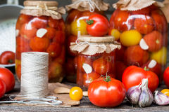 Tomatenkonserven in den Gläsern Lizenzfreie Stockbilder