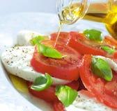 Tomatenmozzarella-Basilikummahlzeit Stockbild