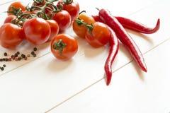 Tomatenpfeffer auf weißem Holztisch Lizenzfreies Stockbild