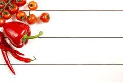 Tomatenpfeffer auf weißem Holztisch Lizenzfreie Stockfotos