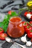 Tomatenpuree en verse tomaten, tomatenpuree Royalty-vrije Stock Afbeelding