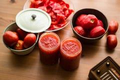 Tomatenpuree op een houten oppervlakte met concept backround Stock Foto