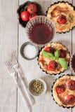 Tomatenquiche mit Wein das nationale Frankreich lizenzfreie stockbilder