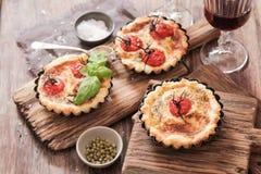 Tomatenquiche mit Wein das nationale Frankreich lizenzfreie stockfotografie