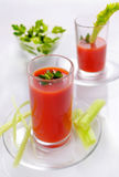 Tomatensaft in den Gläsern mit Petersilie und Sellerie Frischer Saft von Stockbild