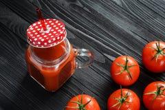 Tomatensaft in einem Glasgefäß mit Griff Lizenzfreie Stockfotografie