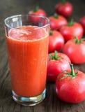 Tomatensaft mit frischen Tomaten Stockfoto