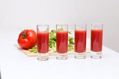 Tomatensaft mit vier Glasschalen Lizenzfreies Stockbild