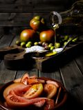 Tomatensalat kleidete mit reinem Extraolivenöl an lizenzfreies stockfoto