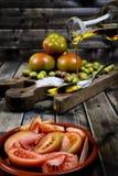 Tomatensalat kleidete mit reinem Extraolivenöl an lizenzfreie stockfotografie