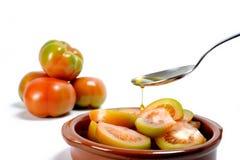 Tomatensalat kleidete mit reinem Extraolivenöl an lizenzfreie stockfotos