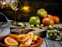 Tomatensalat kleidete mit reinem Extraolivenöl an stockfoto