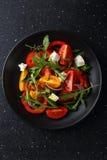 Tomatensalat mit Arugula und Käse auf Platte Lizenzfreie Stockfotos