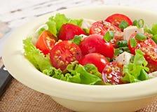 Tomatensalat mit Kopfsalat, Käse Stockfotografie