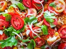 Tomatensalathintergrund/nah oben Spiegeleides mischgemüsezwiebelselleries und der frischen Tomate stockbild