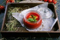 Tomatensauce mit Knoblauch und Basilikum auf einem hölzernen Behälter in der rustikalen Art lizenzfreies stockfoto