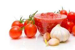 Tomatensauce und Bestandteile auf einem weißen Hintergrund Stockbilder