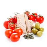 Tomatensaucebestandteile, -oliven und -thunfisch Stockfoto