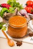 Tomatensauceketschup, -adzhika und -gemüse auf einer beige Tabelle Hauptbewahrung Stockfoto