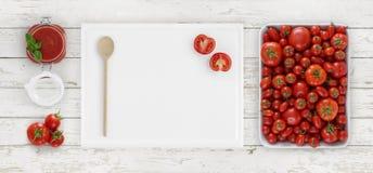 Tomatensaus die hierboven, raad met lepel, glaskruik en toma snijden stock afbeelding