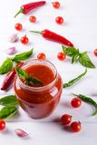 Tomatensaus, ketchup in glaskruik en ingrediënten royalty-vrije stock foto's