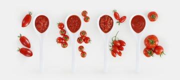 Tomatensauslepel met tomaten en basilicum op witte bac wordt geïsoleerd die stock afbeelding