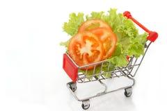 Tomatenscheibe und -kopfsalat im Einkaufswagen stockbilder