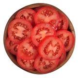 Tomatenscheiben in einer hölzernen Schüssel auf einem Weiß stockfoto