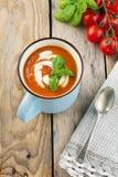 Tomatensoep in een ceramische kop op de oude houten achtergrond Stock Foto's