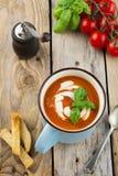 Tomatensoep in een ceramische kop op de oude houten achtergrond Stock Fotografie