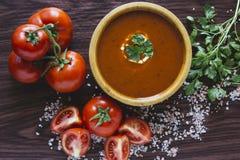 Tomatensoep in een houten kom royalty-vrije stock foto's