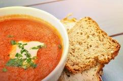 Tomatensoep met basilicum en verse zwarte broodclose-up stock afbeeldingen