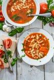 Tomatensoep van verse groenten wordt gemaakt die Stock Foto's