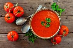 Tomatensuppe, Ansicht von über, Tabellenszene auf einem hölzernen Hintergrund lizenzfreie stockbilder