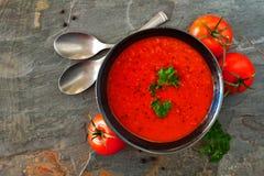 Tomatensuppe, Draufsicht der Tabellenszene über einen Schieferhintergrund lizenzfreie stockbilder