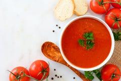 Tomatensuppe, Draufsicht, Eckgrenze auf einem Marmorhintergrund lizenzfreies stockfoto