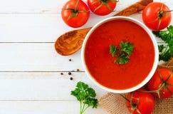 Tomatensuppe, Draufsicht, Seitengrenze auf einem weißen hölzernen Hintergrund stockbild