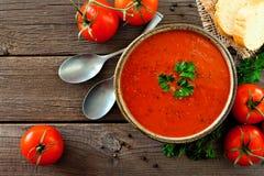Tomatensuppe, Draufsicht, Tabellenszene auf einem hölzernen Hintergrund stockfoto