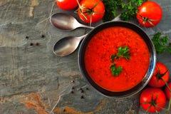 Tomatensuppe, Draufsichteckengrenze auf einem Schieferhintergrund stockbild