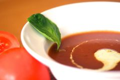 Tomatensuppe mit Basilikumcreme Lizenzfreies Stockbild
